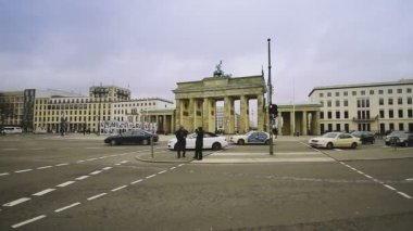 Street traffic in front of Brandenburg Gate — Stock Video