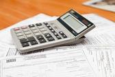 Kalkulačka na dokumentech — ストック写真