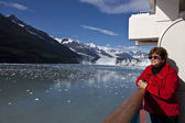 Tourist on cruise ship admires scenery — Zdjęcie stockowe