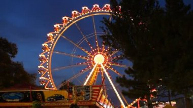 Defocused light bulbs at night as backgound, Out of Focus Traffic, attractions. — Stock Video