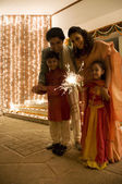Family playing with firecrackers — Stockfoto