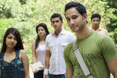 College students walking together — Stockfoto