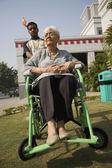 Patient sur un fauteuil roulant — Photo
