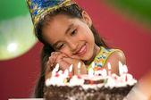 Dziewczyna z tort urodzinowy — Zdjęcie stockowe