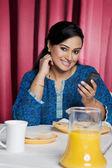 Kobieta z telefonem komórkowym — Zdjęcie stockowe