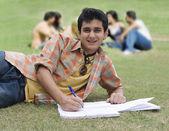 Faculdade estudante tomar notas — Fotografia Stock