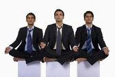 Executives meditating — Stockfoto