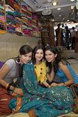 Kızlar bir giysi dükkanında — Stok fotoğraf