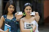 Estudiantes universitarios con cédulas de identidad — Foto de Stock