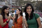 Meisjes eten van ijs — Stockfoto