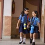 School girls walking together — Stock fotografie