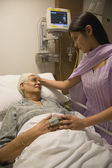 Relative visiting a patient — Foto Stock