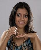 Kvinna tillämpa nagellack — Stockfoto