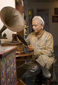 Old man listening music — Stock Photo