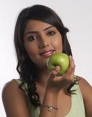 Kvinna med äpplen — Stockfoto
