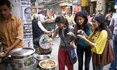 女孩吃 — 图库照片