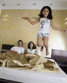 Familia en el dormitorio — Foto de Stock