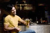 Człowiek w szklance piwa — Zdjęcie stockowe