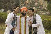 Słuchając człowiek sikh rozmowy mężczyzn — Zdjęcie stockowe