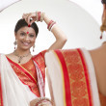 Bengali woman putting sindoor on forehead — Stock Photo #42202109