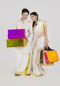Coppie indiane con borse della spesa e regali — Foto Stock