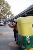Otomatik çekçek sallayarak adam — Stok fotoğraf