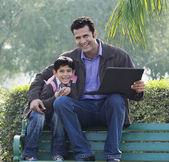отец и сын в парке — Стоковое фото