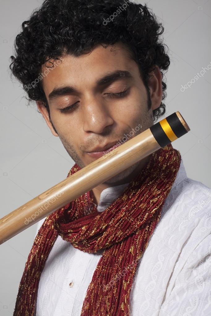 Человек играет на флейте