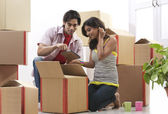 Couple unpacking boxes — Stock Photo