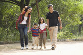 Familie in een park — Stockfoto