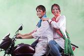 Casal posando em uma motocicleta — Fotografia Stock
