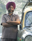 Sikh taxi driver standing next to his vehicle — 图库照片