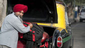 Sikh taxi driver standing next to his vehicle — Zdjęcie stockowe