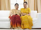 Anne ve kızı tv izleme — Stok fotoğraf