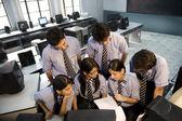 Estudiantes en un laboratorio de computación — Foto de Stock