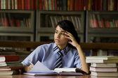 Flicka i ett skolbibliotek — Stockfoto