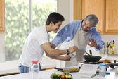 Far och son matlagning mat — Stockfoto