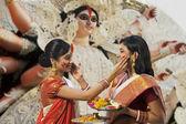 Bengali Frauen feiern Durga puja — Stockfoto