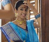 Bengali frau aus einem fenster schauen — Stockfoto