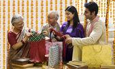 Familia abriendo regalos diwali — Foto de Stock