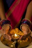 Vrouw met een diya — Stockfoto