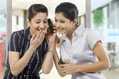 Mujeres empresarias leyendo un mensaje en un teléfono móvil — Foto de Stock