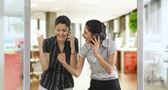 Affärskvinnor läser ett meddelande på en mobiltelefon — Stockfoto