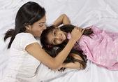 Mor och dotter ligger tillsammans i sängen — Stockfoto