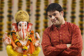 Man with a Ganesh idol — Stock Photo