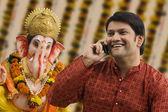 Man with a Ganesh idol — Stockfoto