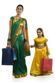 Mother and daughter with shopping bags — Stockfoto