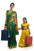 Mor och dotter med kassar och påsar — Stockfoto