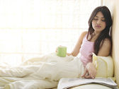 Girl having morning coffee in bed — 图库照片