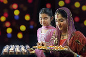 Mother and daughter with a tray of diyas — Stock Photo